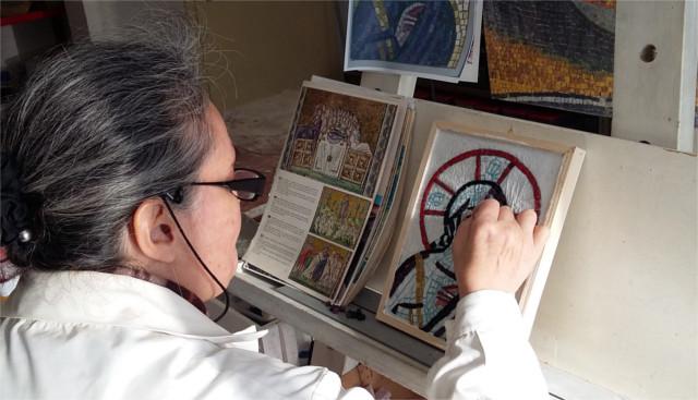 Maria Maddalena Quattrocchi mentre realizza un mosaico artigianale